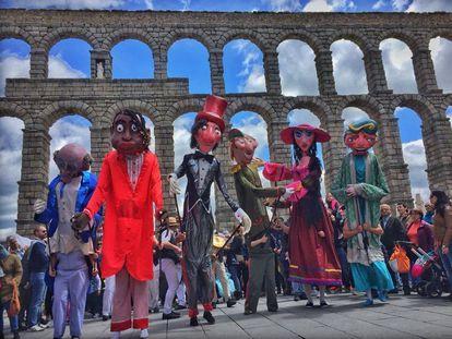 Una actuación del festival Titirimundi en el acueducto de Segovia.