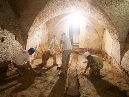 Varios arqueólogos trabajan en el sótano mudéjar del Rey Don Pedro.