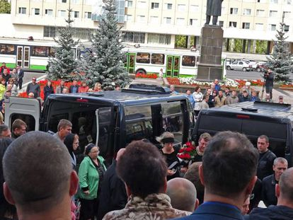 Asistentes al funeral de las víctimas de la explosión en una base militar, el 12 de agosto en Sarov.