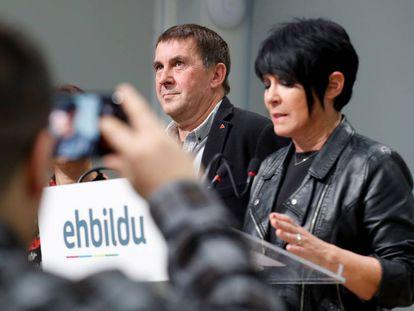 Los dirigentes de Eh Bildu, Maddalen Iriarte y Arnaldo Otegi, en San Sebastián, este jueves.