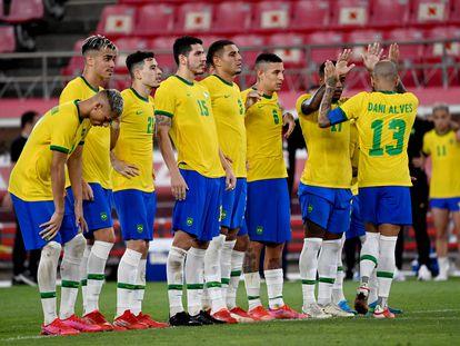 Dani Alves celebra con sus compañeros su gol en la tanda de penaltis contra México.