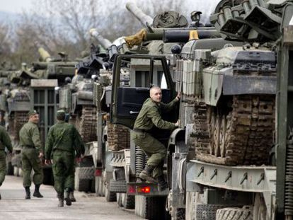 Soldados ucranios trasladan tanques de la base de Perealnoe, a las afueras de Simferópol.