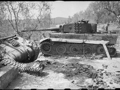 Un tanque Tiger I averiado junto a un Sherman destruido.