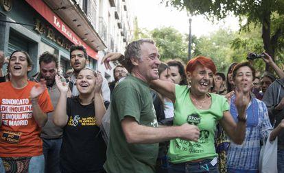 Activistas y vecinos celebran la paralización de un desahucio en Madrid.