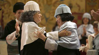 Doris Salcedo (izquierda) y Luce López-Baralt, este viernes, en la Complutense.