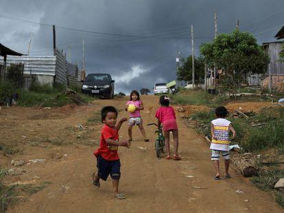 Un grupo de niños indígenas de la Amazonía brasileña.