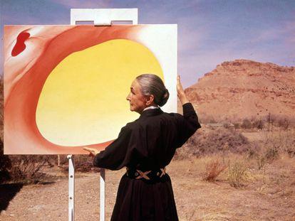 Georgia O'Keeffe sujeta uno de sus cuadros en Albuquerque (Nuevo México), en 1960.