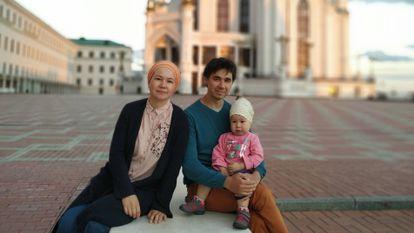 Elza Naibullina, profesora de tártaro y doctora en Literatura, con su marido, Iskandar, y su hija, Galiabanu, en Kazán. / M. R. S.