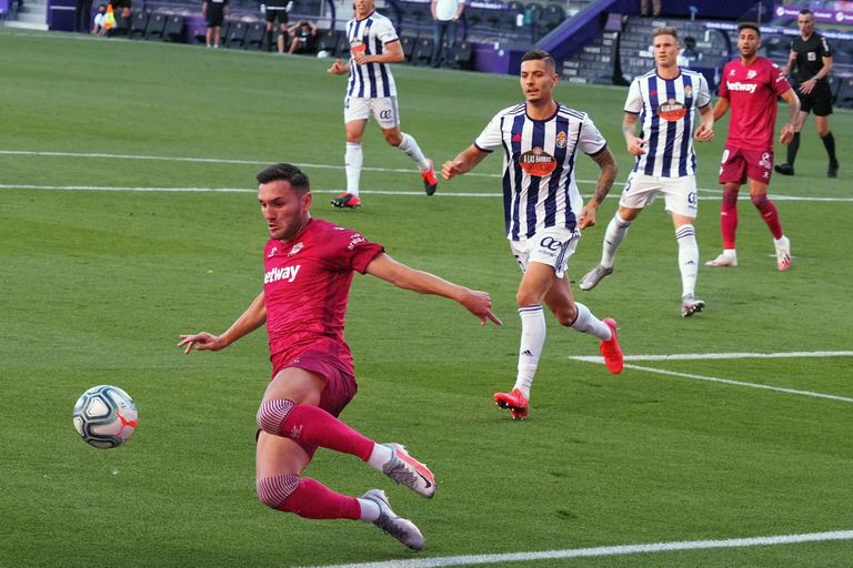 Lucas Pérez ( intenta controlar el balón durante el partido entre el Valladolid y el Alavés disputado este sábado en el estadio José Zorrilla. EFE/ R. García