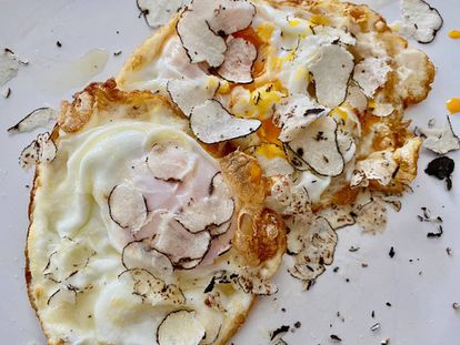 Huevos fritos con la trufa 'Picoa juniperi' rallada encima.