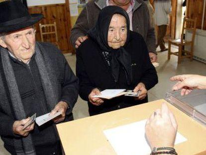 Antonia Patino, de 103 años, y José Pascua, de 102, cuando votaban en 2011 en el municipio salmantino de Hinojosa de Duero.