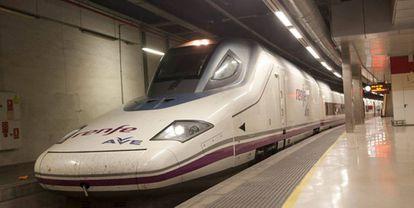Tren AVE en la estación de Barcelona-Sant.