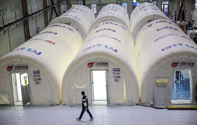 Laboratorios portátiles para procesar test de covid-19 en Qingdao.