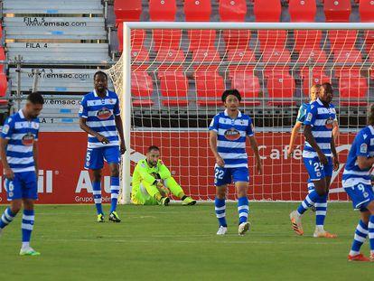 Los jugadores del Dépor, tras encajar un gol en Miranda del Ebro ante el Mirandés.