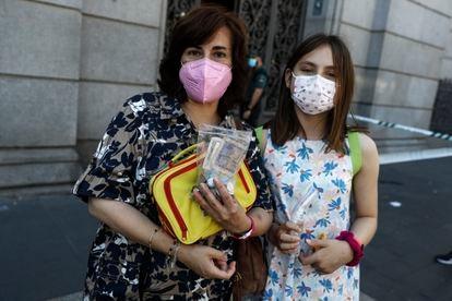 Sagrario y su hija María, frente al Banco de España.
