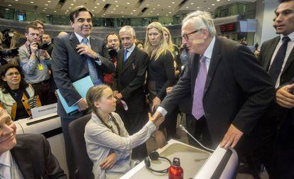 Greta Thunberg saluda al presidente de la Comisión Europea, Jean-Claude Juncker, este jueves.
