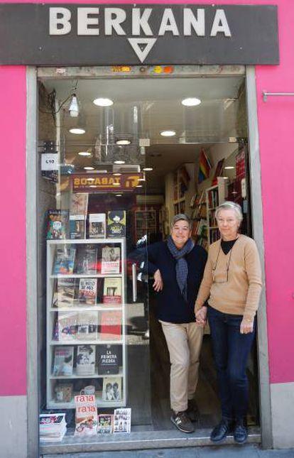 Mili Hernández (izquierda) y Mar de Griñó, propietarias de Berkana, ayer a la puerta de su librería.