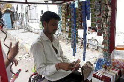 """Puesto de venta en Nueva Delhi en el que se pueden ver las tiras con sobres de """"gutka"""", el tabaco de mascar indio, que las autoridades del país asiático han prohibido."""
