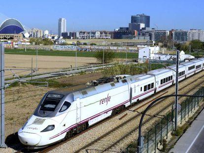 El AVE saliendo de la estación de Valencia.