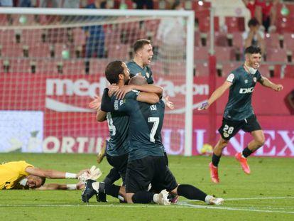 Futbolistas del Rayo Vallecano celebran el ascenso a LaLiga Santander en el campo del Girona FC.