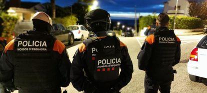 Tres mossos d'esquadra, durante una operación policial.