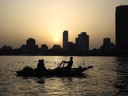Unos pescadores faenan en el río Nilo, de cuya agua la cantante Sherine Abdel Wahab aconsejó no beber.