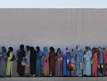 Miles de mujeres hacen cola en Agadir (Marruecos) en diciembre de 2019 durante el proceso de selección para recoger frutos rojos en los campos de Huelva. / ALEJANDRO RUESGA