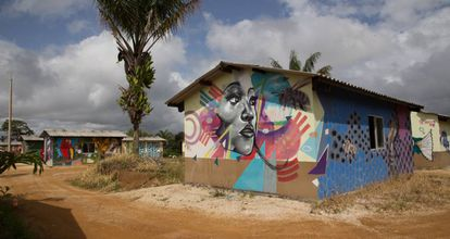 Las paredes de las vivendas de Agua Bonita están decoradas con coloridos murales.