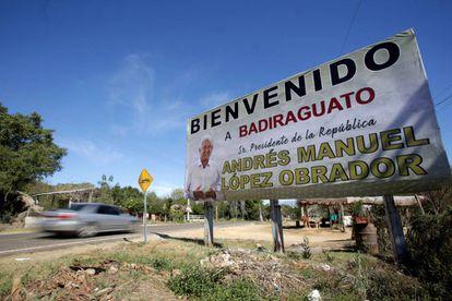 Un cartel da la bienvenida a López Obrador en Badiraguato en 2019.