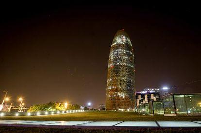 La Torre Agbar, apagada después de medianoche.