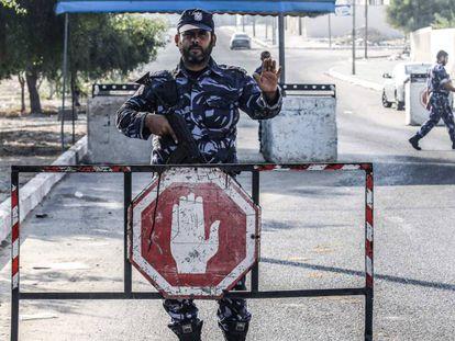 Milicianos de Hamás en un puesto de control de la franja de Gaza, este miércoles.