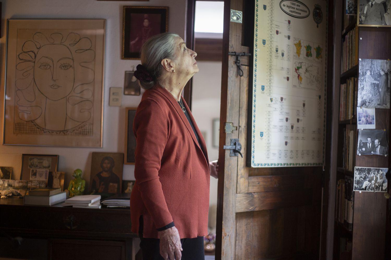Carmen Miracle en la biblioteca del Álvaro Mutis en Ciudad de México.