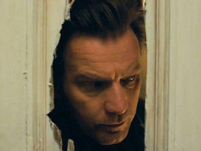Ewan McGregor, que interpreta a Danny Torrance en 'Doctor sueño', recrea la famosa escena en la que Jack Nicholson asoma la cabeza a través de la puerta que ha roto con un hacha.