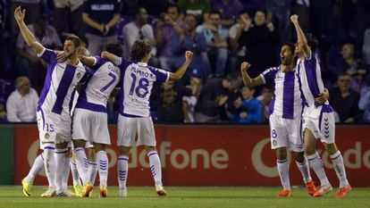 Los jugadores del Valladolid celebran el empate de Osorio.