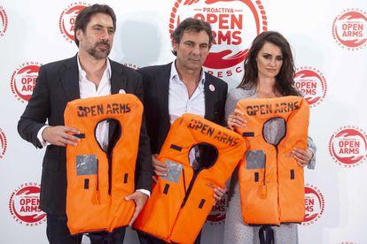 Javier Bardem, Óscar Camps y Penélope Cruz, en un evento de Proactiva Open Arms, en 2018.