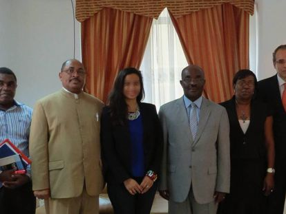 Sergio Blasco, con corbata naranja, con responsables sanitarios de Guinea Ecuatorial en la excolonia española.