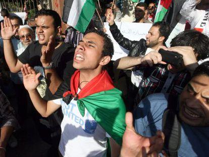 Manifestantes palestinos residentes en Egipto se manifiestan frente a la sede de la Liga Árabe en El Cairo.