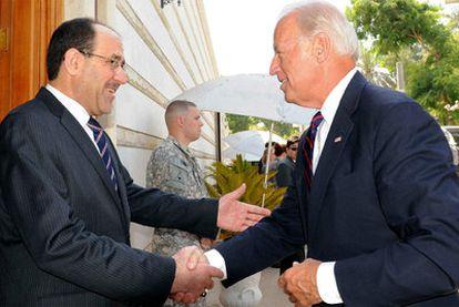 El primer ministro iraquí, Nuri al Maliki (a la izquierda), estrecha la mano del vicepresidente de EE UU, Joseph Biden, ayer en Bagdad.