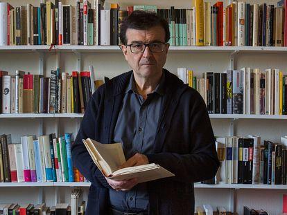 El escritor Javier Cercas, el pasado febrero en su casa de Verges (Girona).