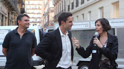 En el centro Hervé Falciani el cabeza de lista del Partido X y a la derecha la número dos, Simona Levi el pasado 16 de mayo en Málaga.