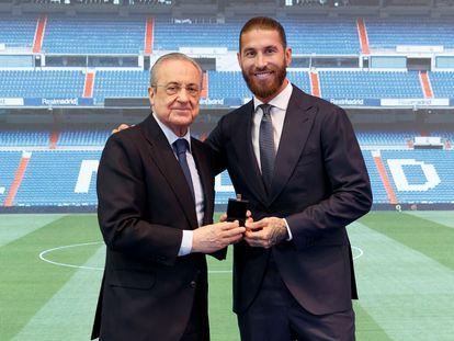 Florentino Pérez le entrega la insignia de oro y brillantes del Real Madrid a Sergio Ramos en su despedida.