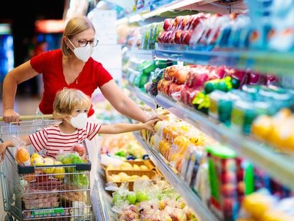 En el supermercado, acostumbrarles al color llamativo de los alimentos naturales contribuye también a incrementar su interés por las verduras.