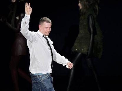 El diseñador británico Alexander McQueen, durante uno de sus desfiles en París en 2007.