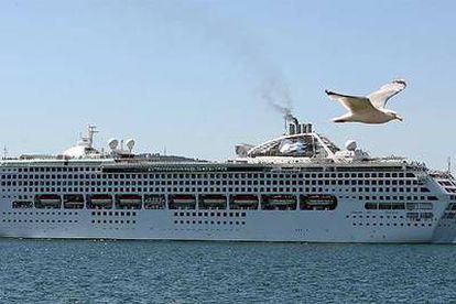 El buque <i>Sea Princess,</i> ayer, durante su escala forzosa en el puerto de Vigo.