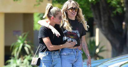 Miley Cyrus y Kaitlynn Carter.