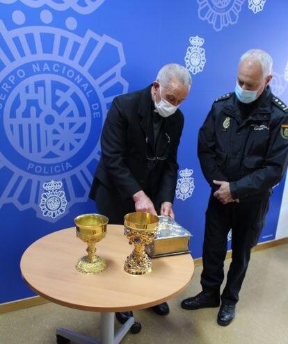 El comisario jefe de Hortaleza hace entrega al párroco de Nuestra Señora del Tránsito los objetos robados.