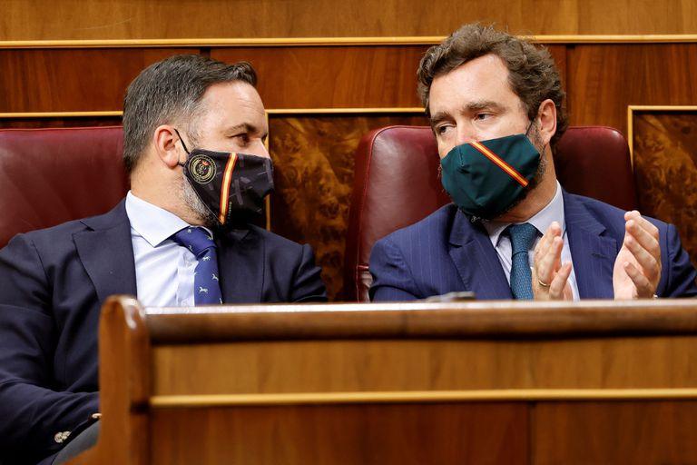 Santiago Abascal conversa con Iván Espinosa de los Monteros durante la sesión plenaria del Congreso de los Diputados celebrada el 14 de julio.