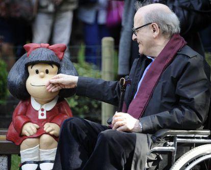 Quino junto a una estatua de Mafalda en Oviedo.