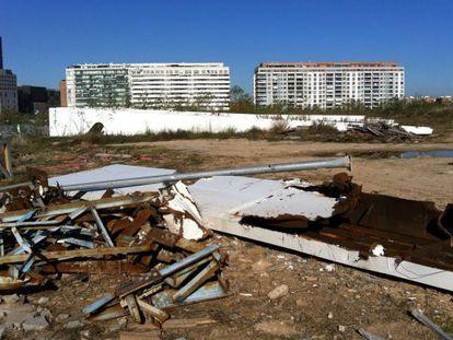 Lamas de acero de la futura cubierta móvil del Ágora de Calatrava, sometidas a la oxidación y al desvalijo de chatarreros.