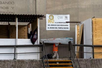 Una manta colocada por los trabajadores del Templo Mayor que manifiesta su inconformidad por el riesgo y deterioro de la zona en el centro histórico de Ciudad de México.